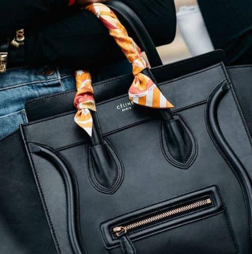 バッグに差し色スカーフアレンジ