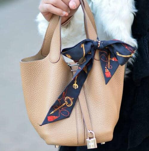 バッグにスカーフを蝶々結び