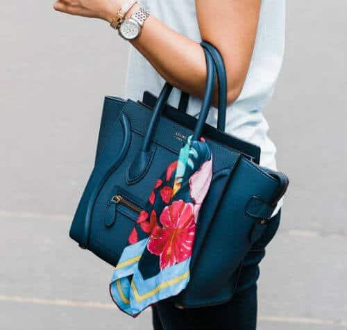 バッグに柄物スカーフでポイント