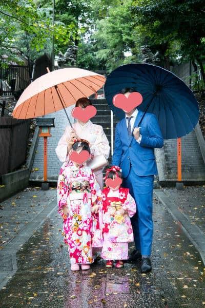 七五三は雨でも傘で家族写真