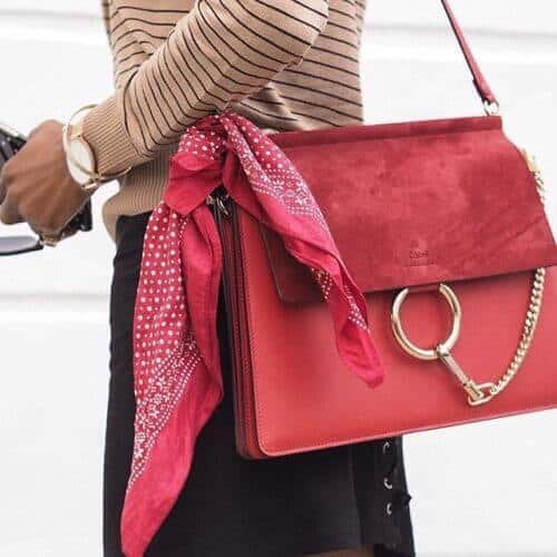 赤でまとめたスカーフのバッグコーデ