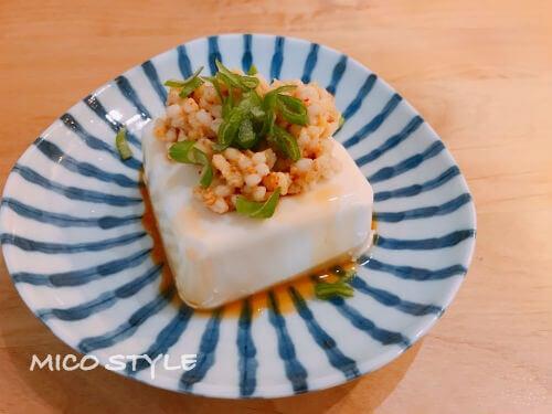 もち麦味噌を豆腐にトッピング
