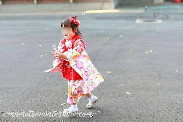シャボン玉を追いかける笑顔の娘を撮影